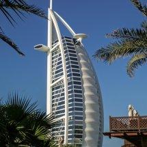 #4249 Burj von Palmen gerahmt